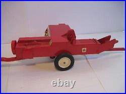 International Harvester Farm Toy Tractor Hydro 186 with IH Baler Ertl 1/16